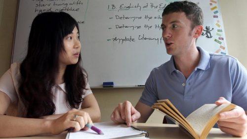 Gia sư tiếng Anh: Nên thuê người Việt hay người nước ngoài?