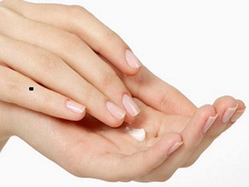 Nốt ruồi ở ngón tay út tốt hay xấu?