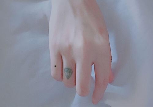 Nốt ruồi ở phần dưới ngón tay út thường có đường tình duyên khá lận đận