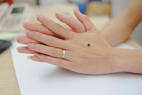 Nốt ruồi trên mu bàn tay trái phụ nữ giúp họ luôn được quý nhân hậu thuẫn